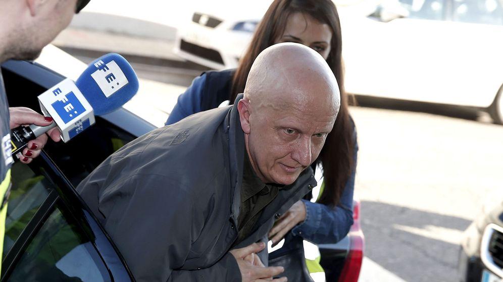 Foto: Paco Sanz, tras ser detenido y ser puesto a disposición judicial (EFE/Manuel Bruque)