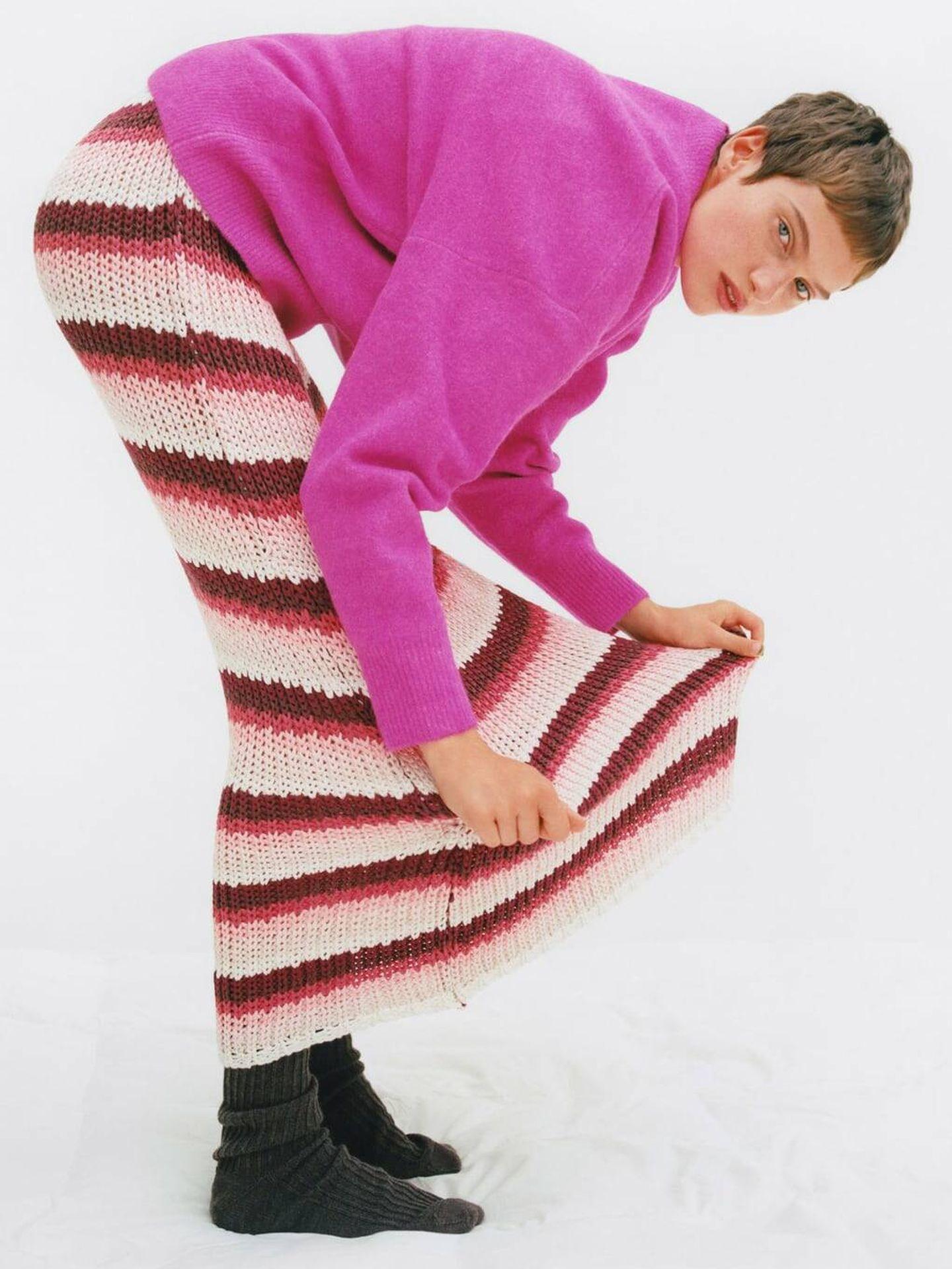 Vestido de rayas y jersey fucsia de lo nuevo de Zara. (Cortesía)