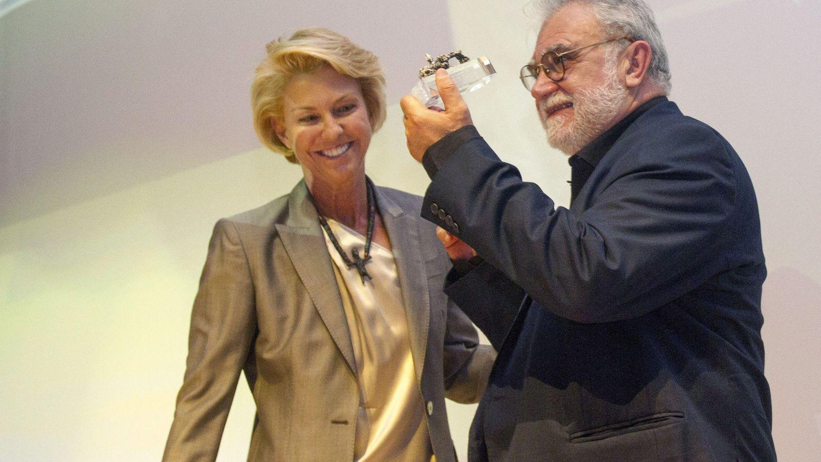Foto: Lucrecia Botín le entrega un premio a Iván Trujillo en la Semana de Cine de Santander. (EFE)