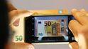 El mundo al revés: los bancos quieren vender móviles y las 'telecos' dar créditos