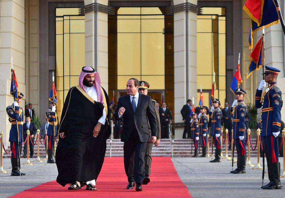 Foto: El príncipe heredero saudí Mohamed ben Salman junto al presidente egipcio, Abdel Fatah al Sisi, durante una visita a Egipto. (Reuters)