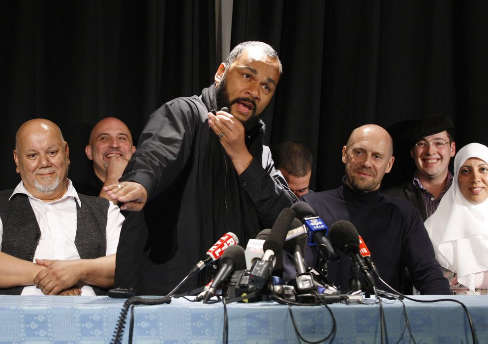 Foto: Dieudonne Mbala, junto al escritor Alain Sorel, durante una rueda de prensa en París (Reuters).