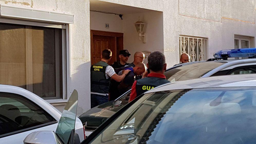 Foto: A prisión el detenido por la muerte de su mujer y su hijo en Tenerife. (EFE)