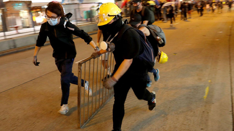 Protestantes construyendo barricadas durante la marcha en Hong Kong. (Reuters)