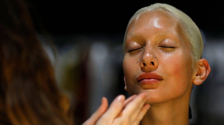 Las bases de maquillaje con hidratación mejoran la duración. (Getty)