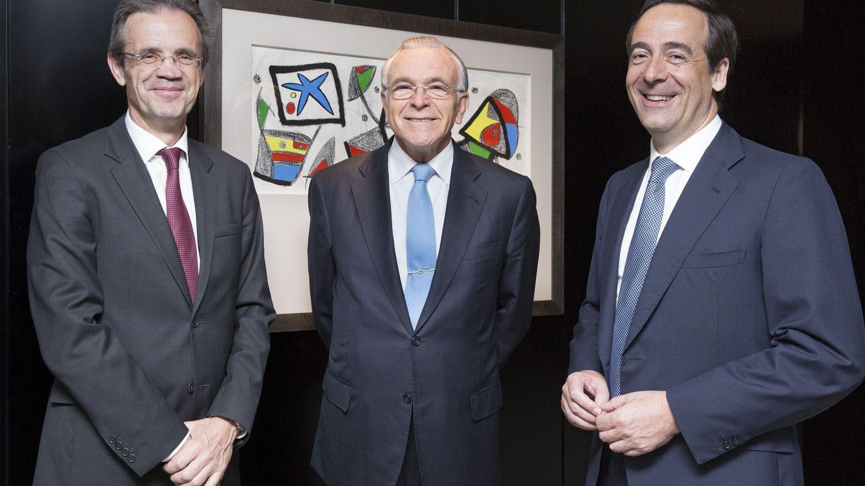 Jordi Gual (i), su antecesor, Isidre Fainé (c), y el consejero delegado, Gonzalo Gortázar (d).(EFE)
