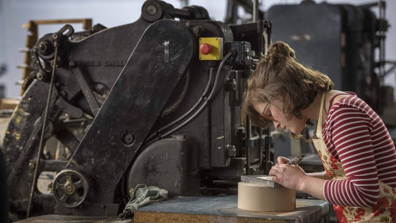 Una joven artesana trabajando en las invitaciones de boda. (Foto: Twitter de Kensington Palace)
