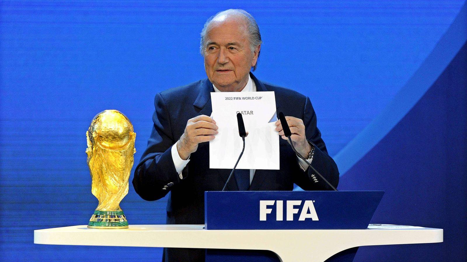 Foto: Blatter, con la papeleta que confirma que Qatar será sede del Mundial de 2022.