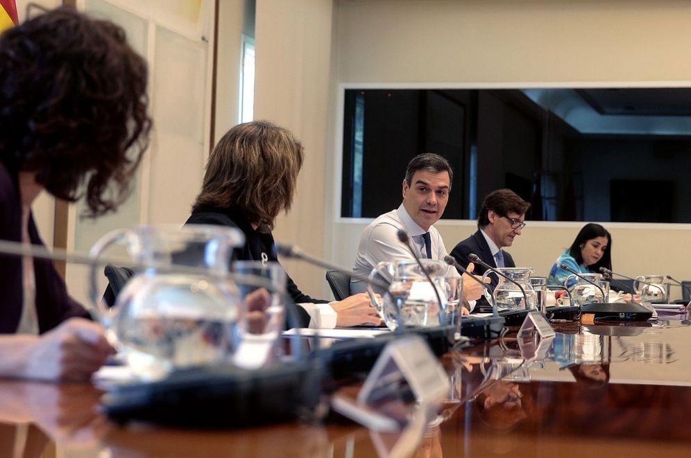 Foto: Pedro Sánchez charla con sus ministros en la décima conferencia de presidentes, este 17 de mayo. (JM Cuadrado | Pool Moncloa)