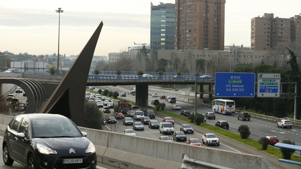 Foto: Imagen de la madrileña M-30, uno de los puntos donde está limitada la velocidad (Efe).