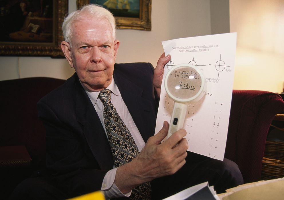 Foto: El grafólogo Charles Hamilton analiza una de las cartas del asesino del Zodiaco. (Corbis)
