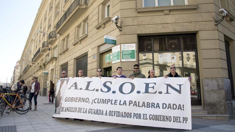 Foto: Concentración de 'Las sombras olvidadas de Euskadi y Navarra', frente a la sede del PP en Vitoria. (EFE)