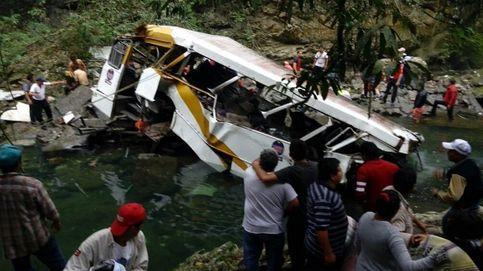 Mueren 21 futbolistas aficionados al caer por un barranco su autobús