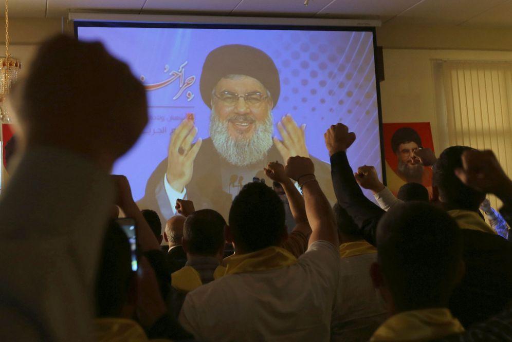Foto: El líder de Hezbollah, Sayed Hasan Nasrallah, se dirige a sus seguidores a través de una pantalla en el Día de los Veteranos del Líbano, el 12 de mayo de 2016 (Reuters)