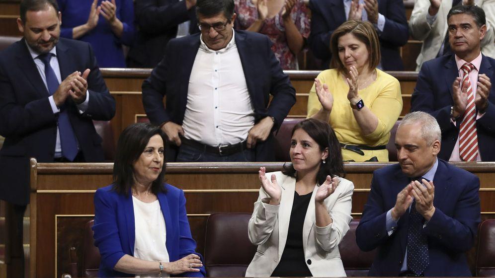 Foto: Margarita Robles, aplaudida por su grupo al término de su intervención en el pleno extraordinario sobre Gürtel, este 30 de agosto. (EFE)