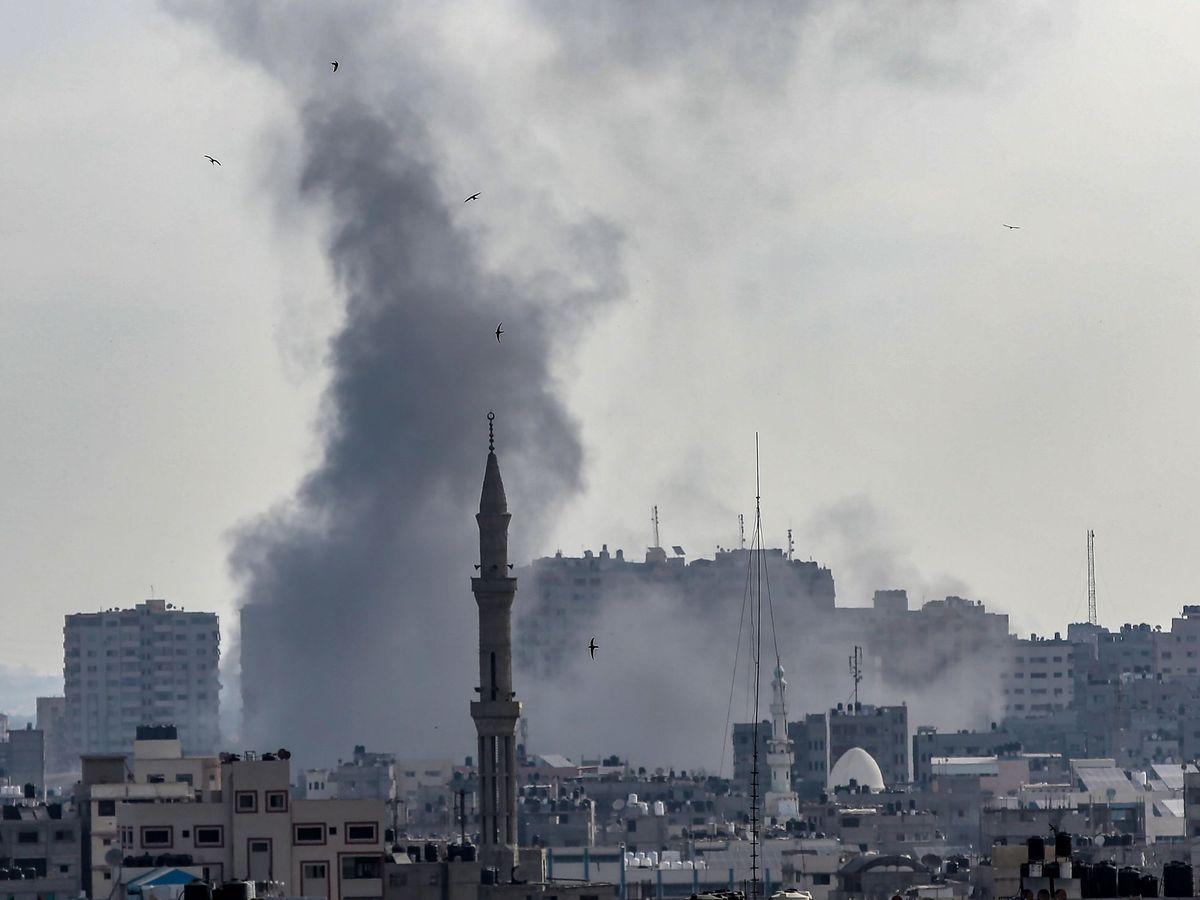 Foto: Vista de la columna de humo provocada por un ataque aéreo israelí en Gaza. (EFE)