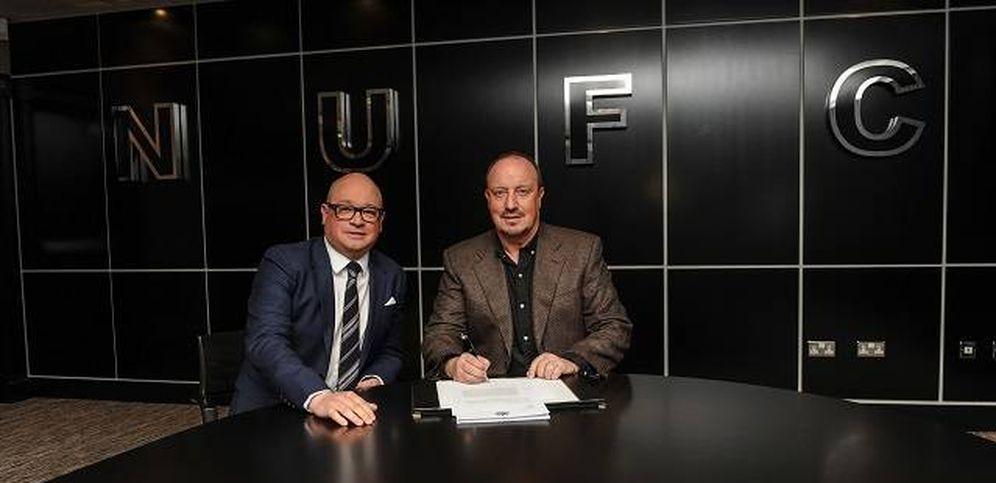 Foto: Rafa Benítez firmó su contrato acompañado por Lee Charnley, director general del Newcastle (FOTO: www.nufc.co.uk)