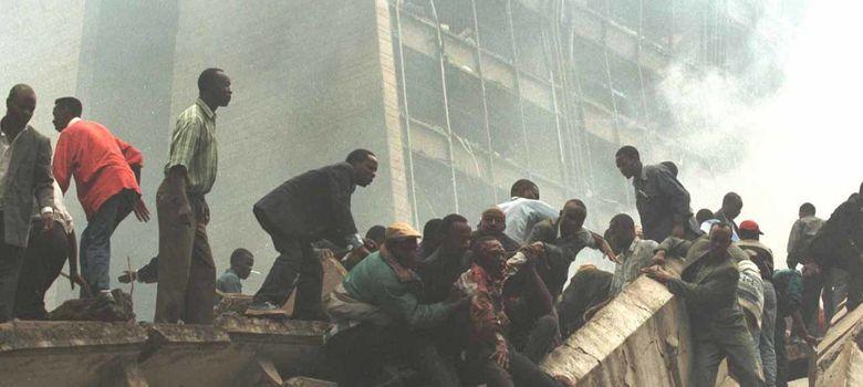 Foto: Un hombre herido es evacuado de la embajada de Nairobi, en agosto de 1998 (Reuters)
