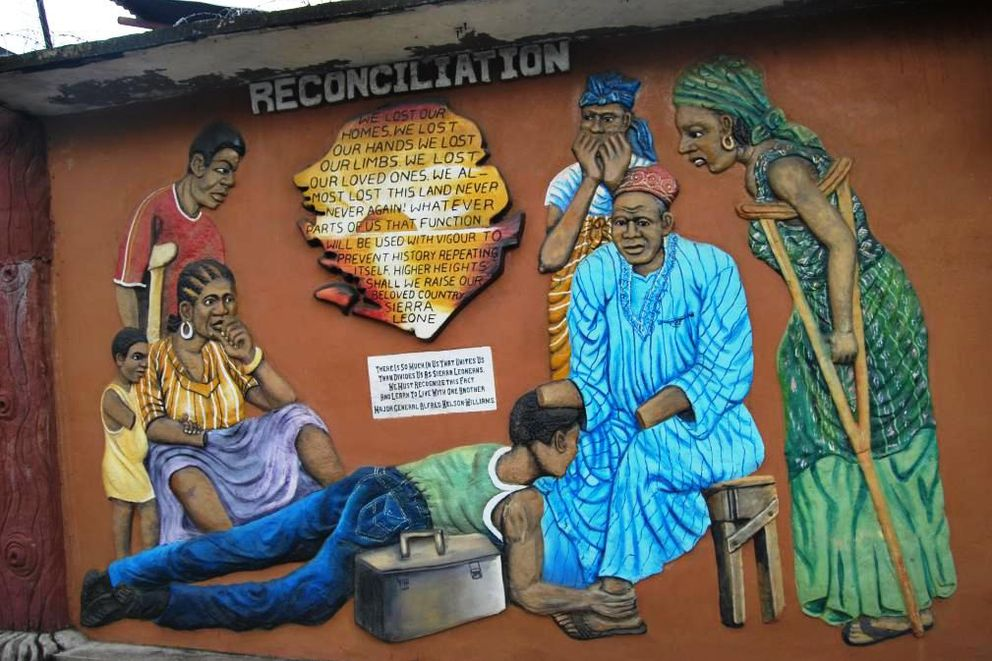 Foto: Un grabado en Freetown que representa el proceso de reconciliación. Un hombre mutilado perdona a un rebelde que se postra a sus pies (G. Araluce).