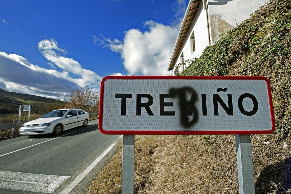 Foto: El cartel del municipio de Treviño con una 'b' pintada que reclama su denominación en euskera. (EFE)