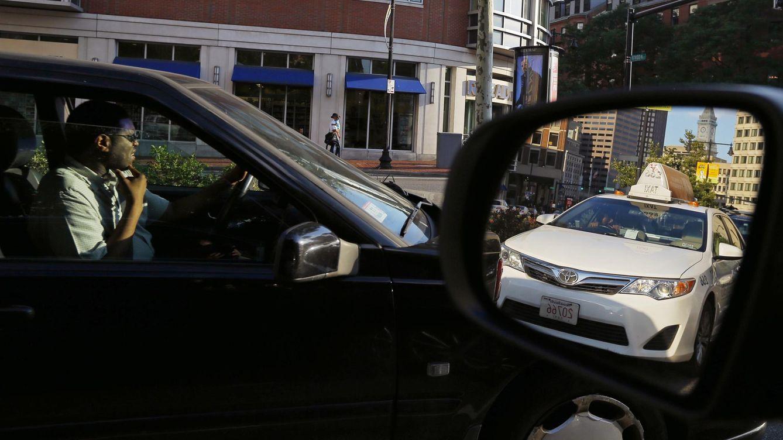 Foto: Un taxi, reflejado en el espejo de otro coche en Boston. (Reuters/Brian Snyder)