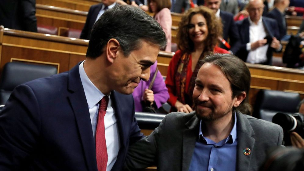 Foto: Pedro Sánchez, junto a Pablo Iglesias, tras lograr la confianza del Congreso para formar Gobierno. (EFE)