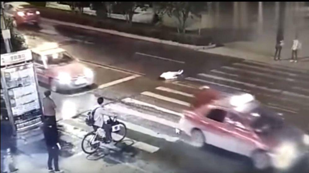 Foto: Una captura del vídeo en el que se ve a la mujer en plena calle.