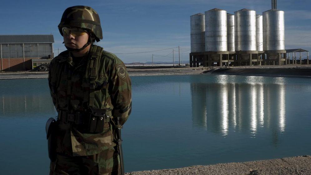 Foto: Un militar boliviano custodia una salina en Uyuni, la mayor reserva mundial de litio, en agosto de 2015 (Reuters)