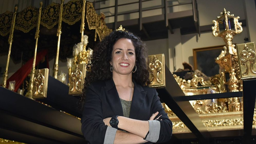Foto: Noelia Jiménez, mujer de trono del Cristo del Amor, entre los tronos de la cofradía, el pasado Viernes de Dolores (Toñi Guerrero).