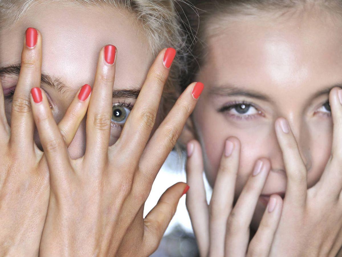 Foto: Esmaltes de colores que te salvarán las manicuras de verano. (Imaxtree)