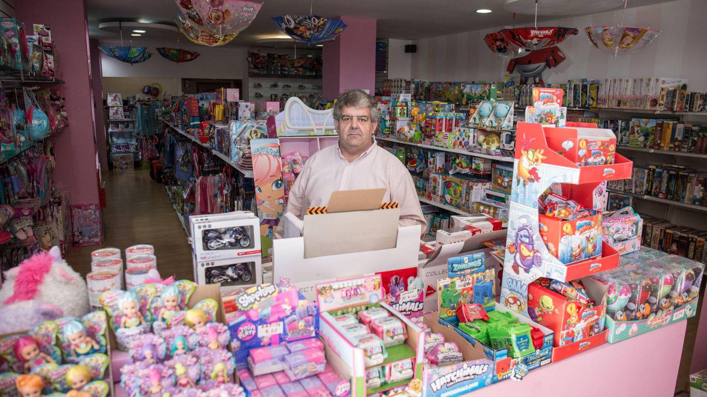 Emilio de Benito, en su tienda de regalos recién abierta en El Quiñón. (D.B.)