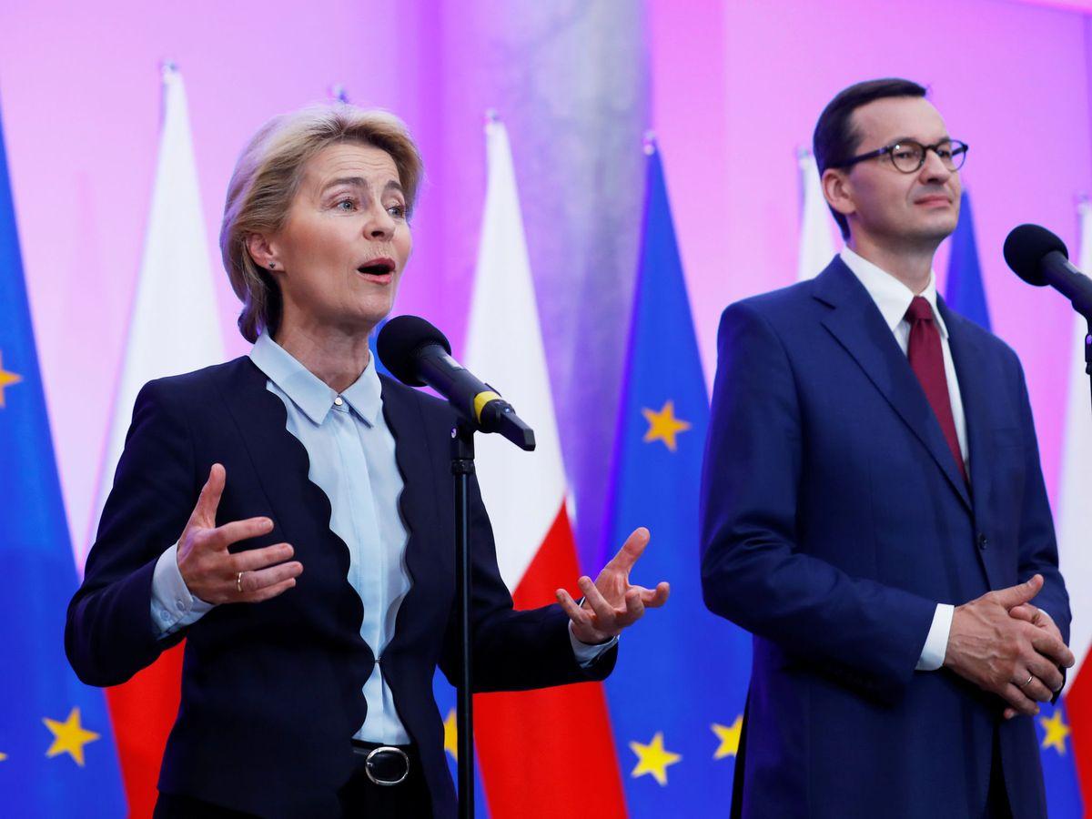 Foto: La líder de la Comisión Europea, Úrsula von der Leyen, junto al primer ministro polaco, Mateusz Morawiecki. (Reuters)