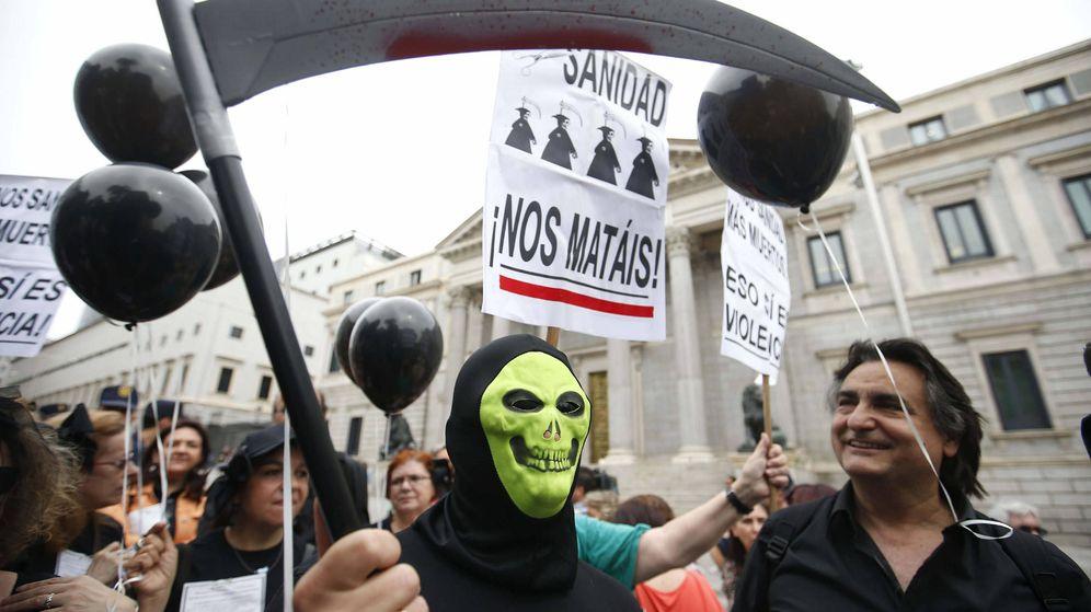 Foto: Manifestación contra los recortes en Sanidad frente al Congreso de los Diputados. (EFE)