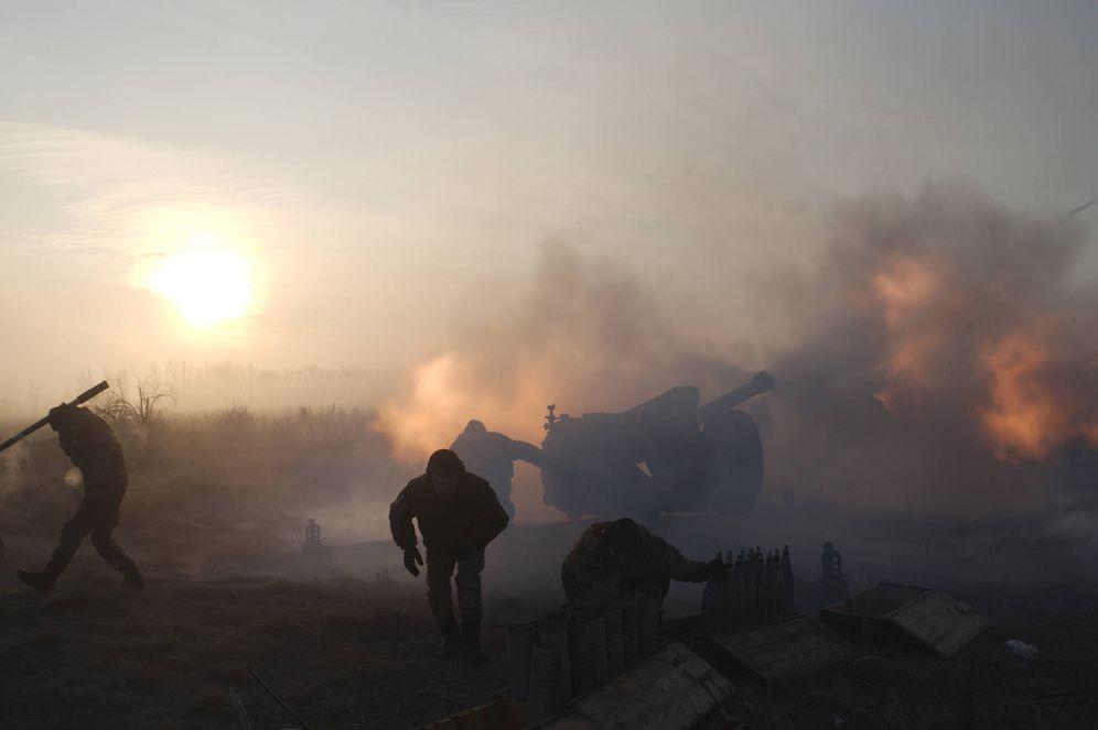Foto: Soldados ucranianos disparan una pieza de artillería contra posiciones separatistas en Novoluhanske, en la región de Donetsk. (Reuters)