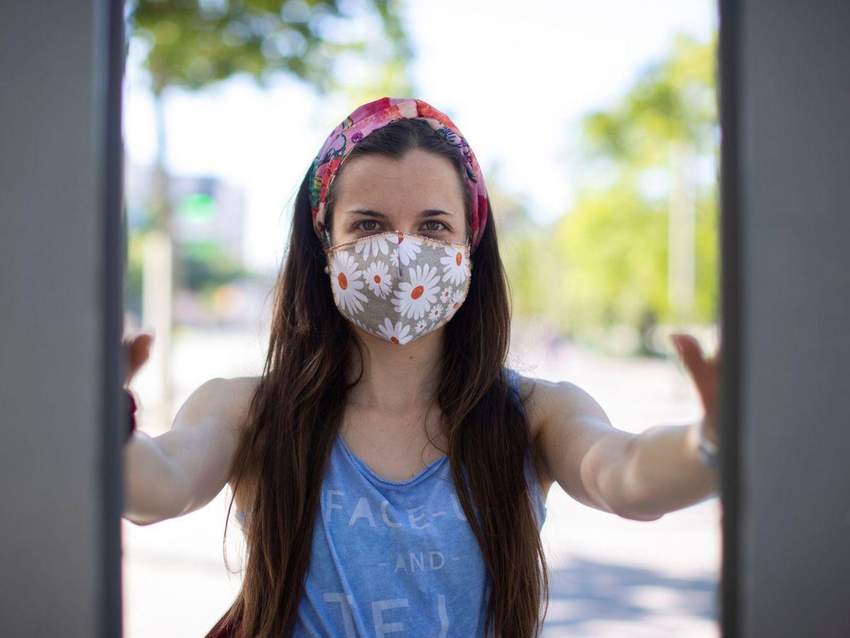 Foto: Una chica posa con una mascarilla. (EFE)