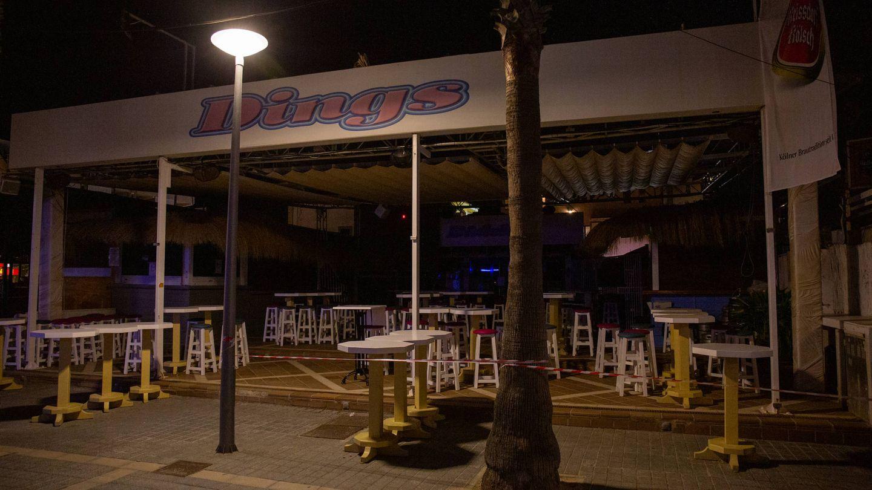 Uno de los bares precintados en la calle de la Cerveza en Playa de Palma. (D. B.)