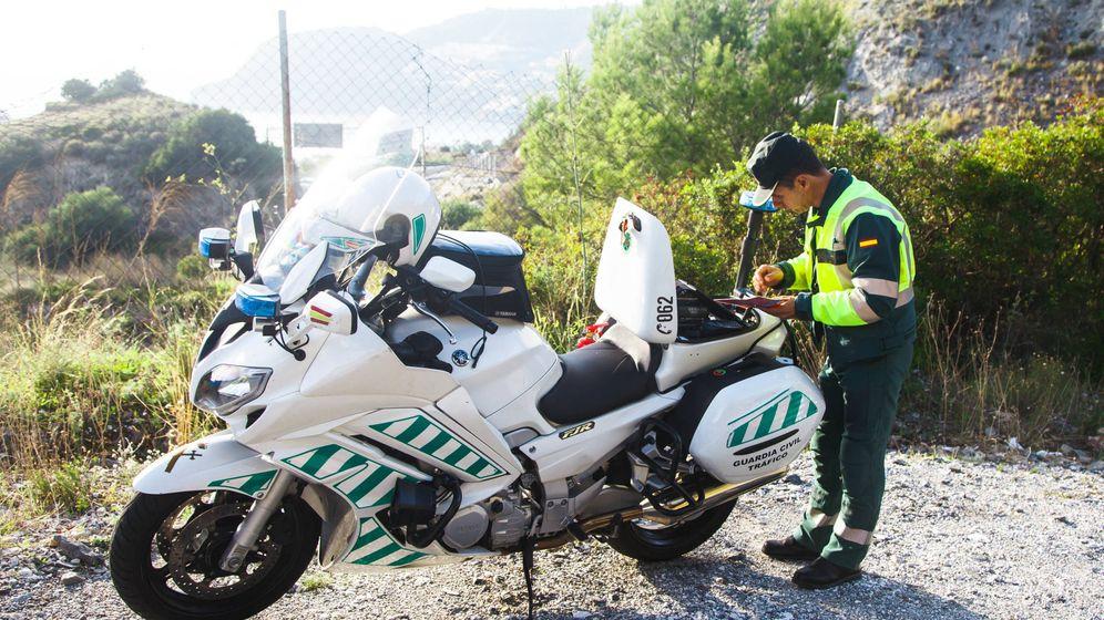 Foto: Un agente de Tráfico denuncia una infracción - Archivo. (iStock)