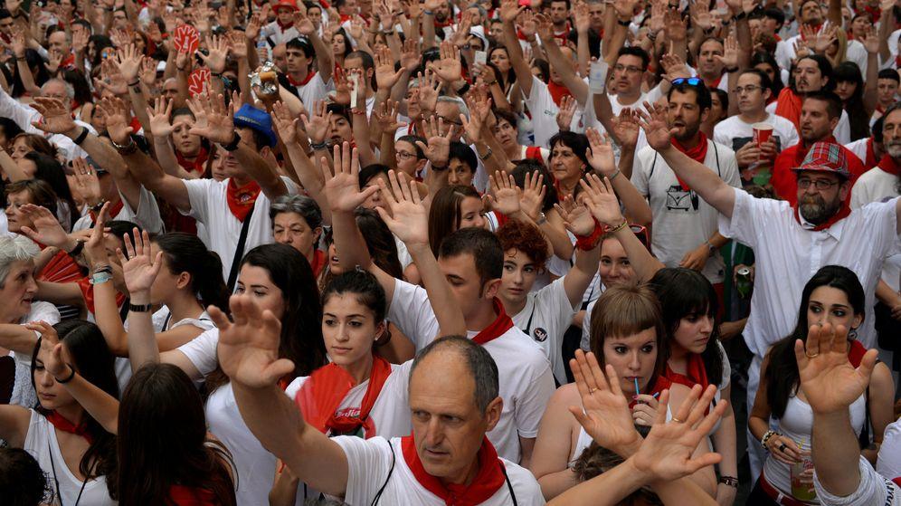 Foto: Imagen de la concentración contra la violencia sexual contra las mujeres tras la violación acontecida en San Fermín. (Reuters)