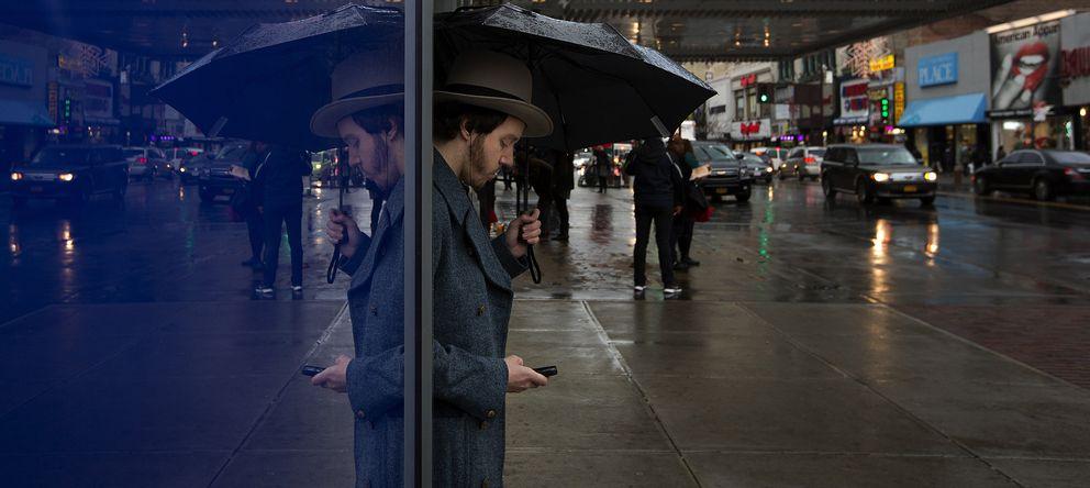 Foto: Un hombre reflejado en una ventana del Tetrao Apollo en el barrio de Harlem, Nueva York (Reuters).