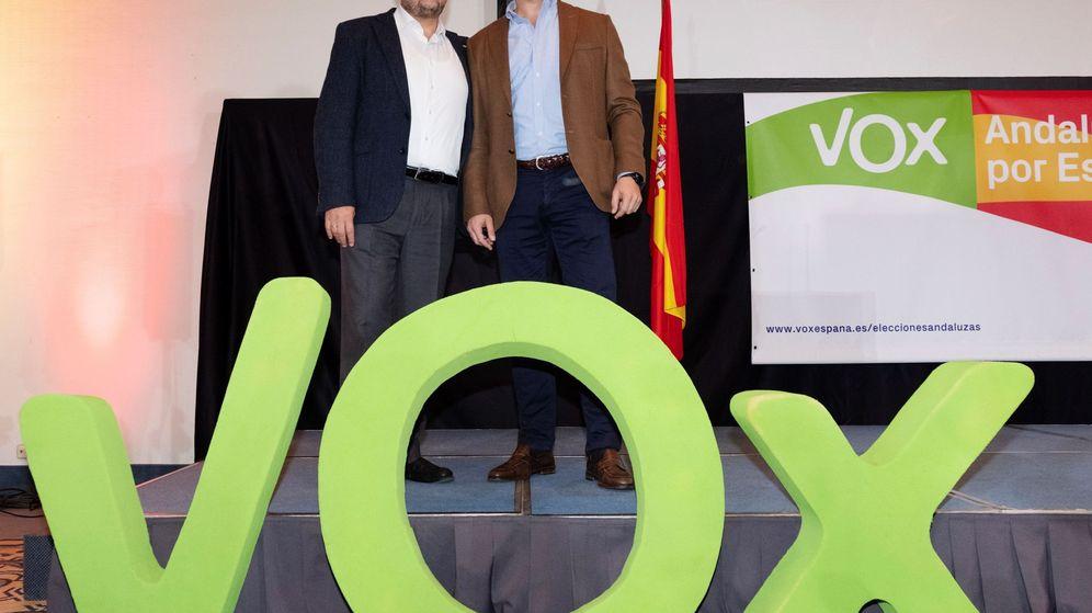 Foto: El presidente de Vox, Santiago Abascal (d), y el candidato a la Junta, Francisco Serrano. (EFE)