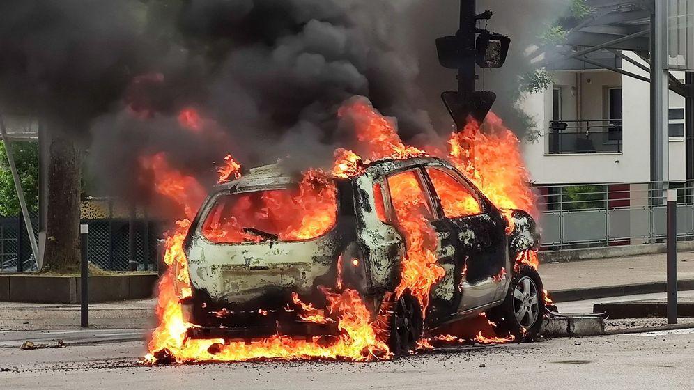 Foto: Un coche en llamas fruto de los disturbios en Dijon. (EFE)