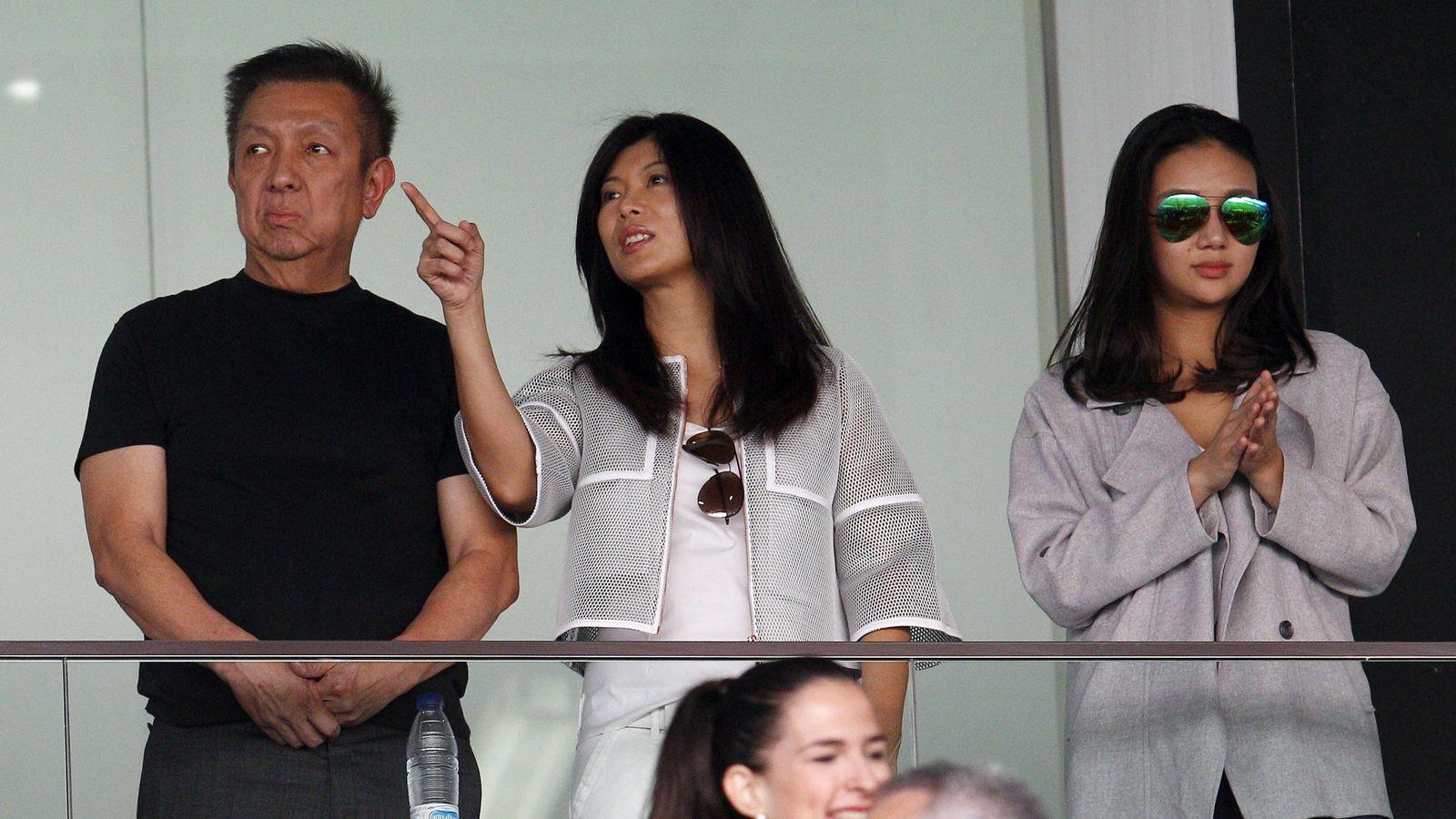 Foto: Peter Lim, a la izquierda, en el palco de Mestalla (EFE)