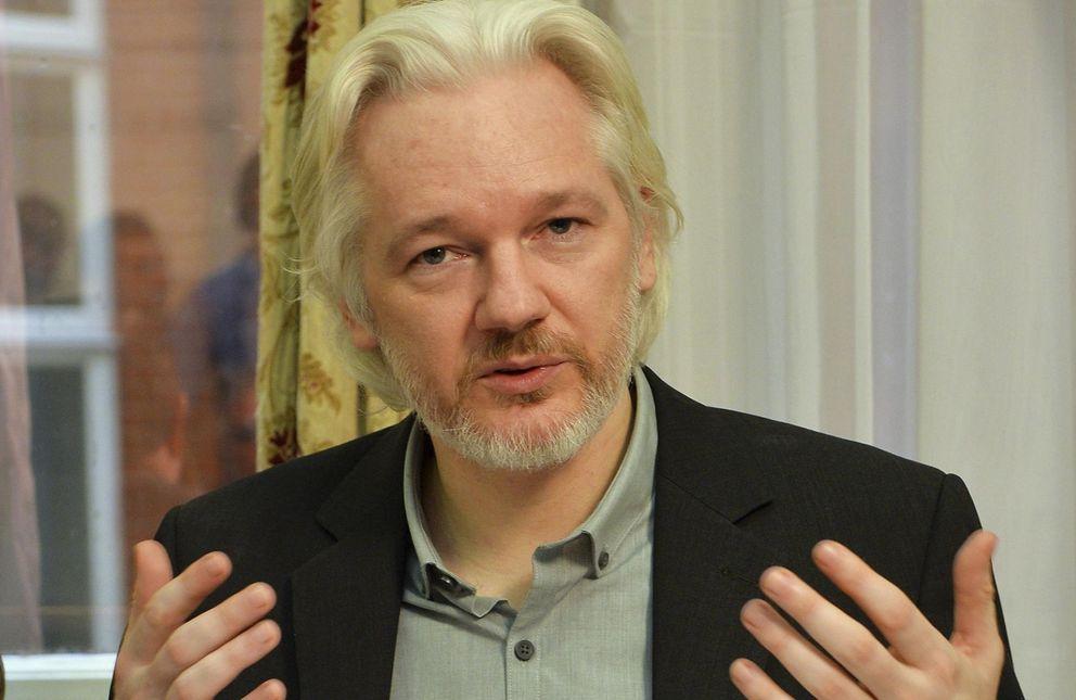 Foto: El fundador de Wikileaks, Julian Assange, gesticula durante una conferencia de prensa en la Embajada ecuatoriana de Londres.