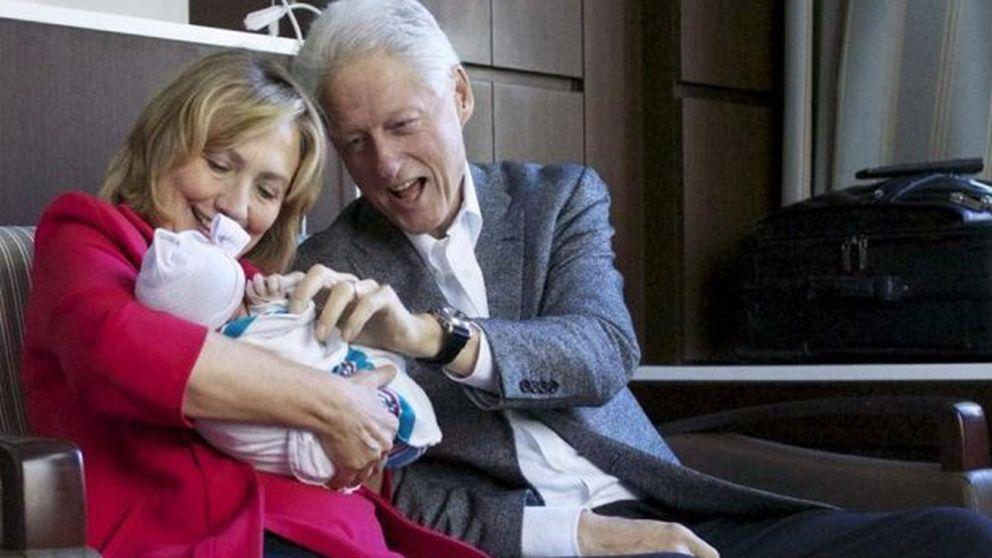 Bill Clinton hace campaña a favor de Hillary presumiendo de nieta