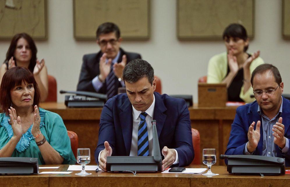 Foto: Pedro Sánchez, flanqueado por Micaela Navarro y César Luena en la reunión de grupo de este 18 de julio en el Congreso; detrás, Patxi López. (EFE)