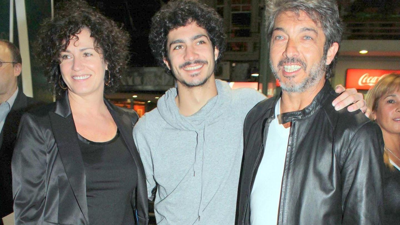 Chino Darín entre sus padres Florencia Bas y Ricardo Darín