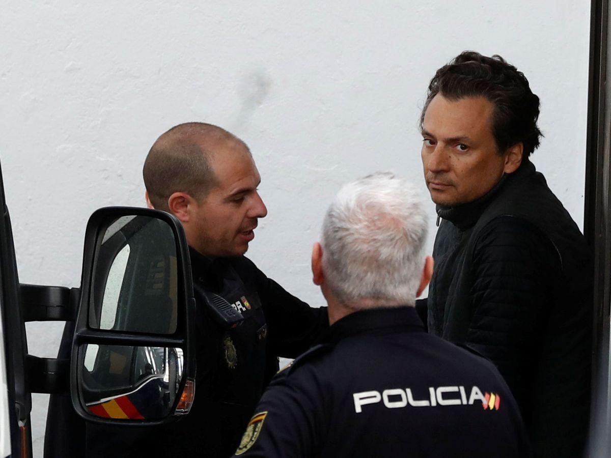 Foto: Emilio Lozoya escoltado por policías en Marbella. (Reuters)