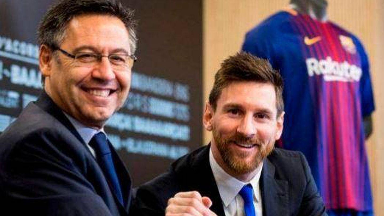 Josep Maria Bartomeu y Leo Messi, tras la última renovación del argentino con el Barça, en 2017. (EFE)