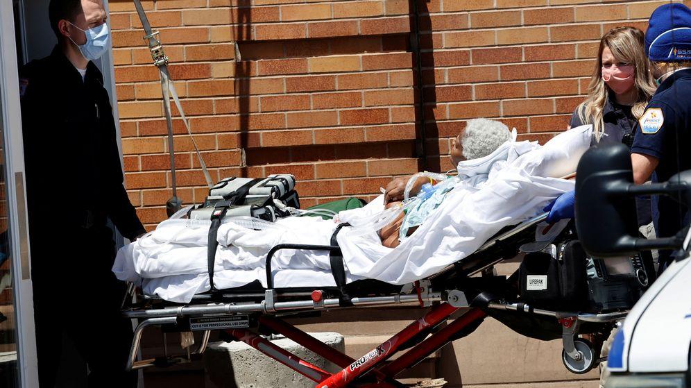 Foto: Un enfermo entra en un hospital de Nueva York. (Reuters)