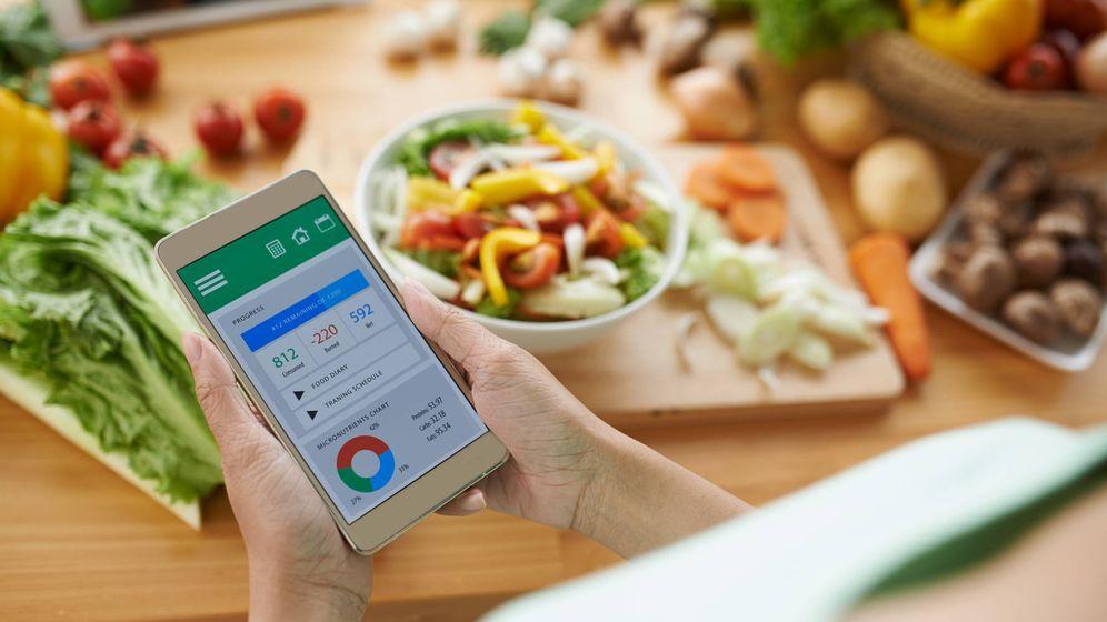 Foto: Nuestro smartphone empieza a ser parte fundamental de nuestro proceso de alimentación. (iStock)